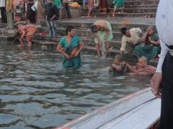 "Mulheres se ""purificando"" no rio"