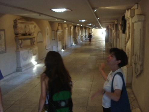 Nos túmulos embaixo de Santa Crocce